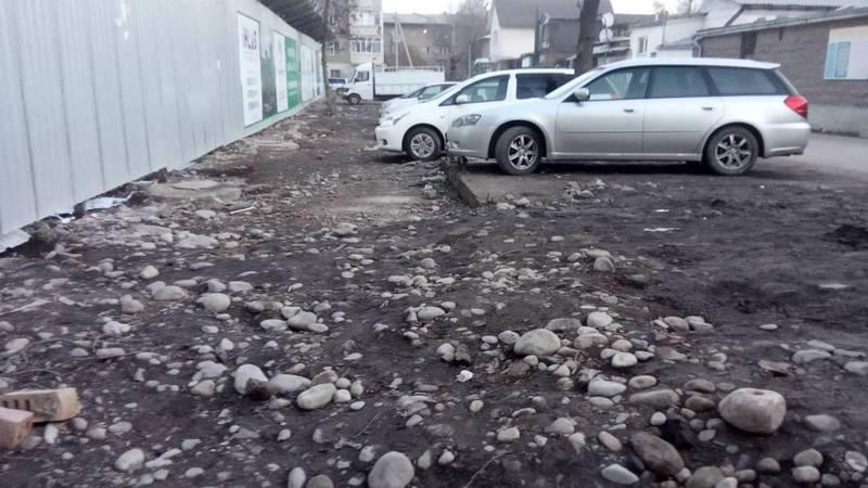 На улице Суванбердиева разрушили тротуар. Фото
