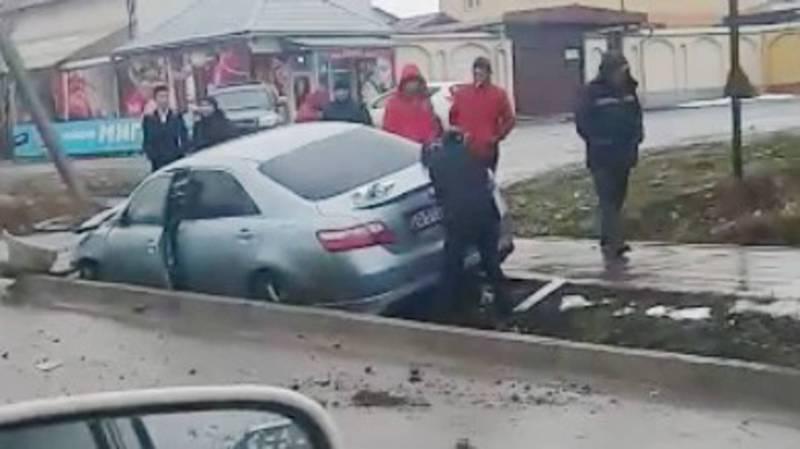 На Ахунбаева столкнулись две машины, от удара одна из них упала в арык. Видео