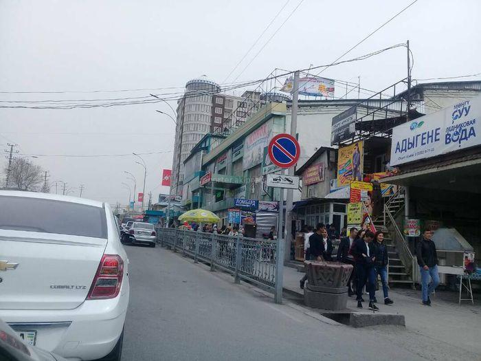 На улице Навои машины припарковались в зоне действия знака «Стоянка запрещена», - житель Оша (фото)