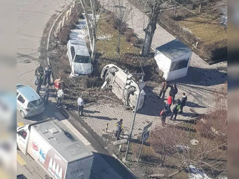 На магистрали столкнулись две «Тойоты». От удара одна из них вылетела с дороги