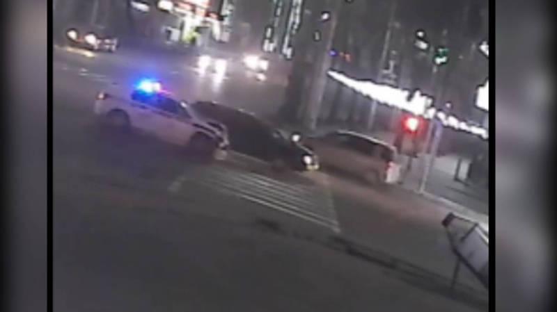Момент ДТП с участием патрульной машины на Байтик Баатыра-Горького попал на видео