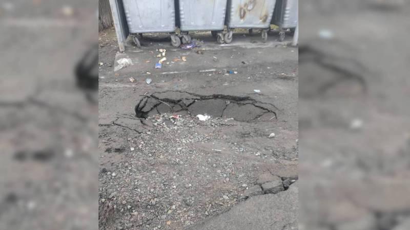 В селе Чон-Арык проваливается асфальт после проведения канализационной сети. Фото