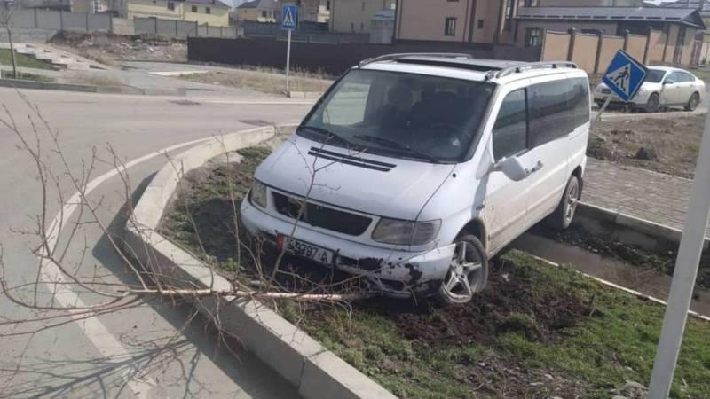 В 12 мкр водитель «Мерседеса» не справился с управлением и врезался в дорожный знак, затем в дерево. Фото