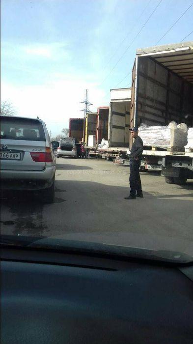 Бишкекчанин просит убрать припаркованные грузовики на ул.Садыгалиева (фото)