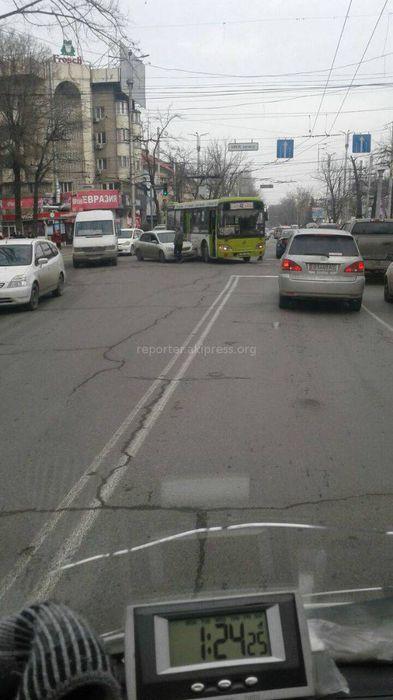 На Абдрахманова-Киевской произошла авария с участием легковушки и автобуса (фото)