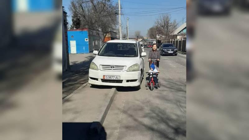 На ул.Поваринской водители припарковались на тротуаре, пешеходы вынуждены обходить машин через проезжую часть. Фото