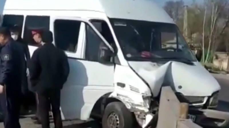 В Бишкеке маршрутка врезалась в оградительные бетонные блоки. Видео, фото