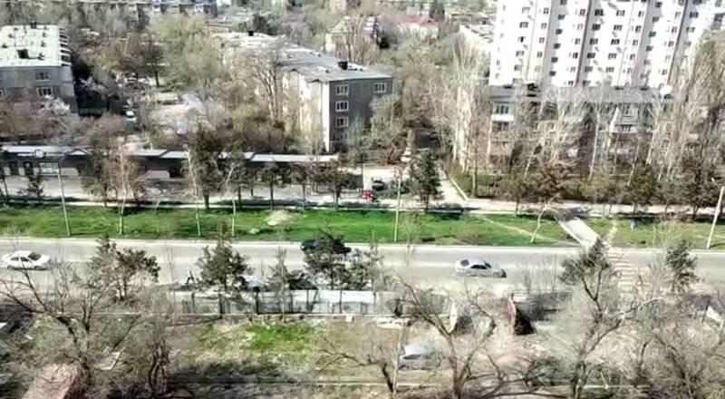 На улице Каралаева много машин и людей с колясками, несмотря на ограничения. Видео