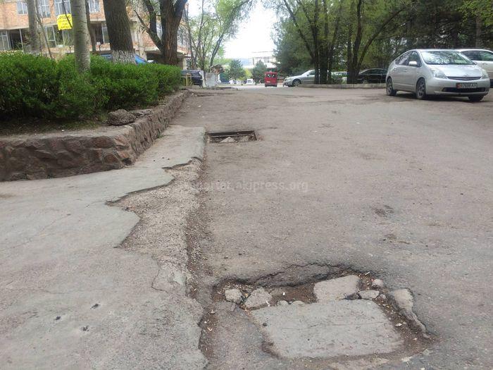 В Бишкеке арычная система во дворе одного из домов в 8 мкр находится в плохом состоянии (фото)