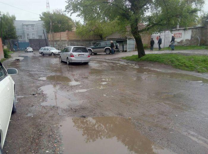 Лужа на Куренкеева-Логвиненко в Бишкеке мешает дорожному движению и затапливает дворы домов (фото)