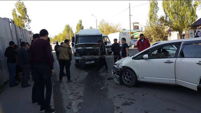 На участке ул.Ауэзова в Бишкеке столкнулись микроавтобус и легковушка <i>(фото)</i>