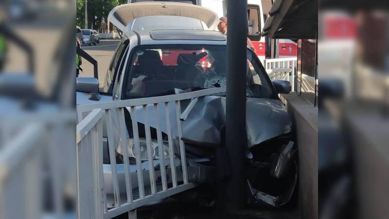 В центре Бишкека произошло ДТП. «Хонда» влетела в ограждение (фото)