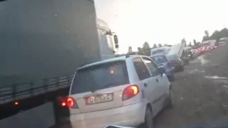 В селе Базар-Коргон Жалал-Абадской области образовалась пробка. Видео