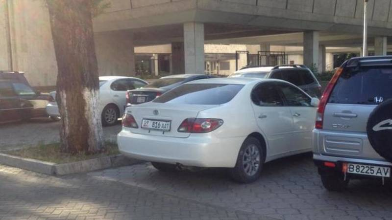 На аллеях сквера рядом с музеем ИЗО припаркованы машины, - очевидец. Фото
