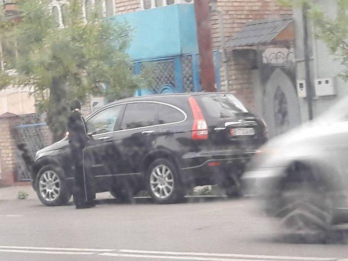 Житель Оша: Рядом со школой №3 на ул.Курманджан Датки часто нарушают ПДД (видео)
