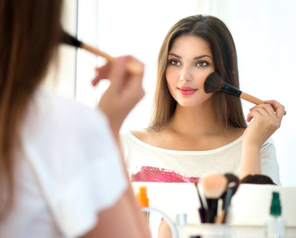 девушка с косметикой