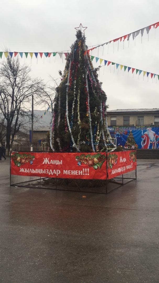 Новогодняя елка в городе Таш-Кумыр