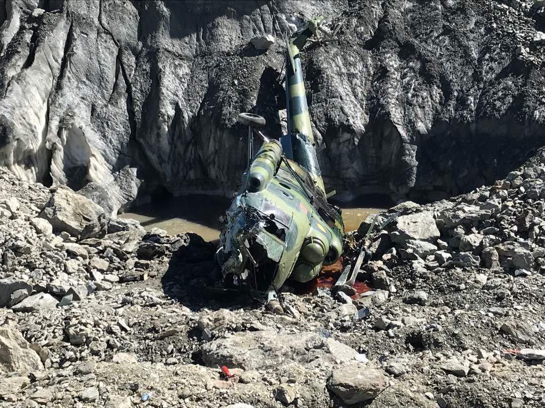 В социальных сетях появились первые снимки вертолета Ми-8, который потерпел крушение на леднике Южный Энильчек
