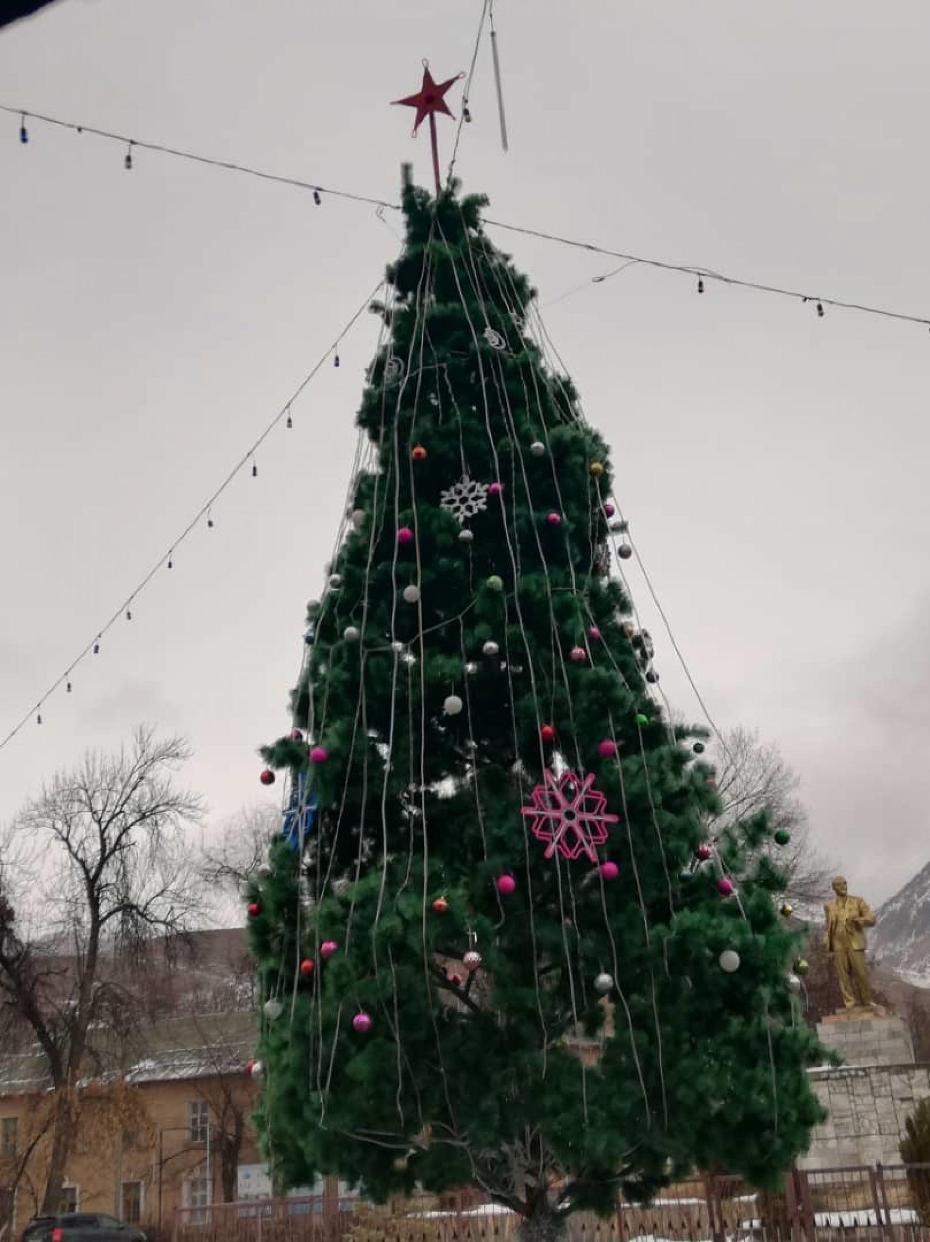 Новогодняя елка в городе Майлуу-Суу