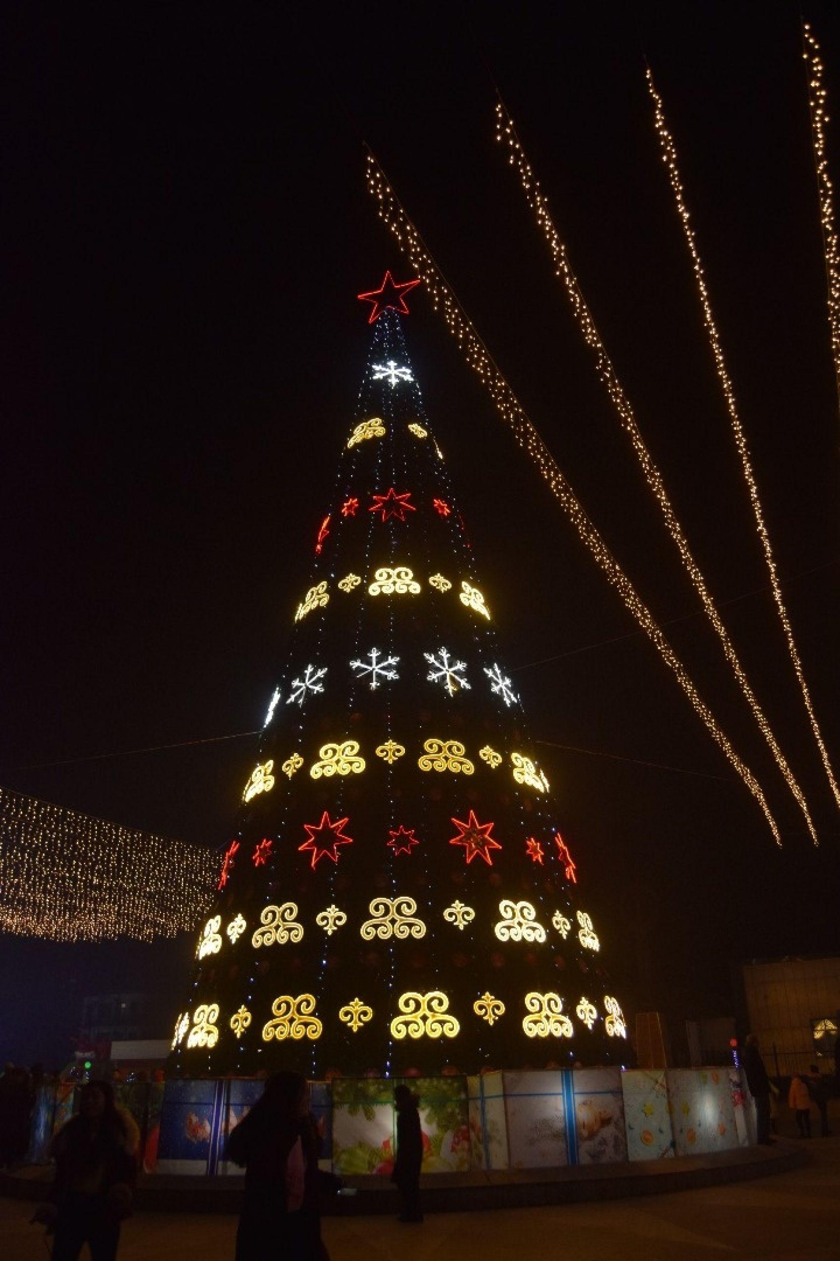 Новогодняя елка в городе Жалал-Абад