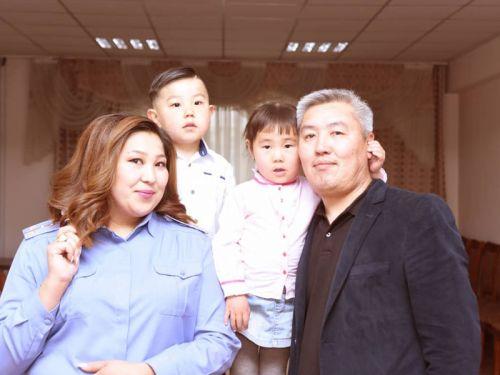 Элиза Шалбаева с семьей