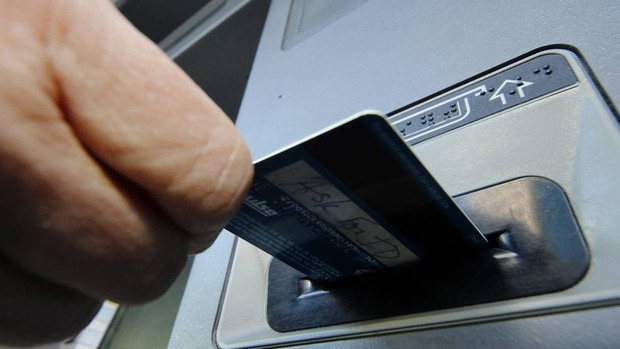 В Алматы мужчина подделывал банковские карточки и снимал деньги с счетов граждан