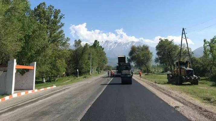 На участке дороги Кара-Балта—Суусамыр укладывают асфальт, - Минтранс