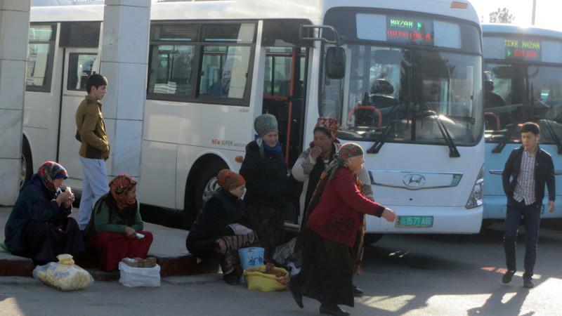 На базарах Ашхабада началась борьба с нелегальным обменом валюты