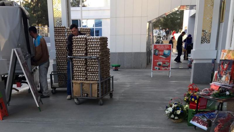 В Ашхабаде офицеры полиции курируют процесс продажи продуктов питания